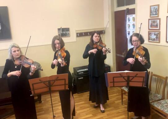 Ансамбль викладачів скрипалів Mozart: Eine kleine Nachtmusik